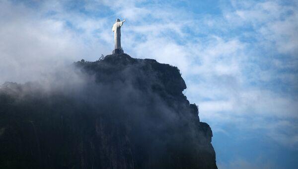 Вид на гору Корковаду и статую Христа-Искупителя в Рио-де-Жанейро. Архивное фото