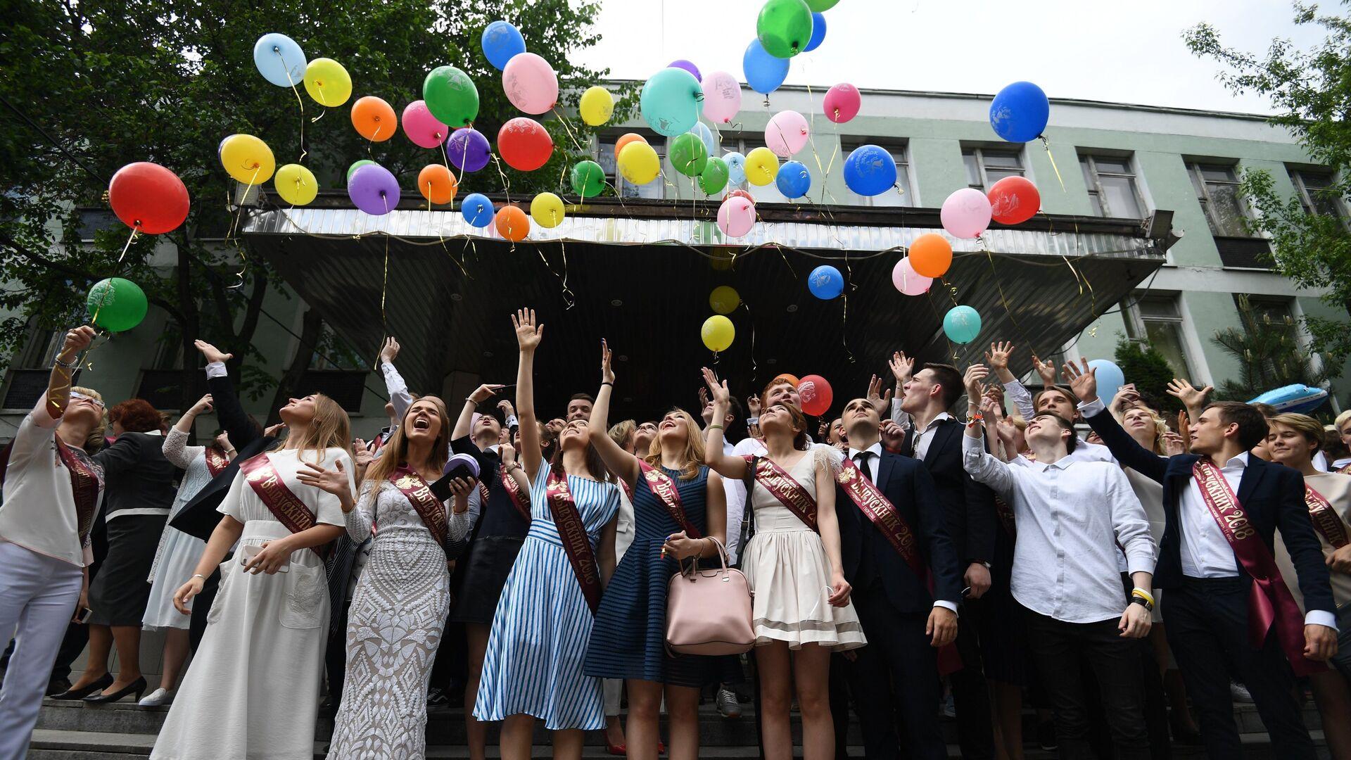 Выпускники ГБОУ Романовская школа № 1240 запускают воздушные шары во время празднования последнего звонка в Москве - РИА Новости, 1920, 09.07.2021