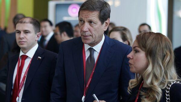 Первый заместитель председателя Государственной Думы РФ Александр Жуков (в центре) на Петербургском международном экономическом форуме