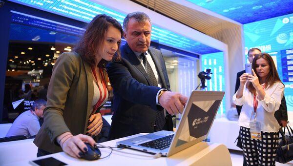 Президент Южной Осетии Анатолий Бибилов на стенде МИА Россия сегодня. 26 мая 2018