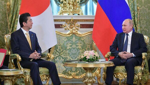 Президент РФ Владимир Путин и премьер-министр Японии Синдзо Абэ во время встречи. 26 мая 2018
