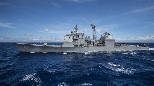Американский крейсер с управляемым ракетным вооружением Antietam в Южно-Китайском море