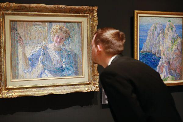 Посетитель рассматривает картину Александра Богомазова Портрет Ванды на выставке Импрессионизм в авангарде в Музее русского импрессионизма в Москве