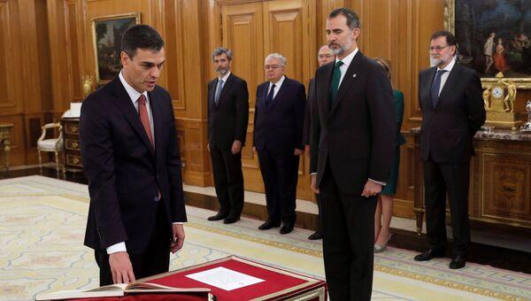 Новый премьер-министр Испании и лидер Социалистической рабочей партии Педро Санчес принес присягу в королевском дворце Сарсуэла. 2 июня 2018