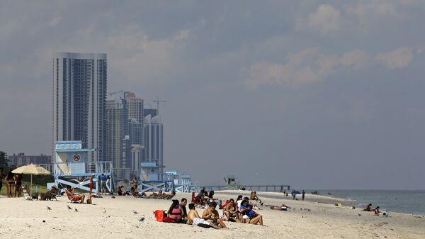 Отдыхающие на пляже Хауловер в Майами-Бич, штат Флорида