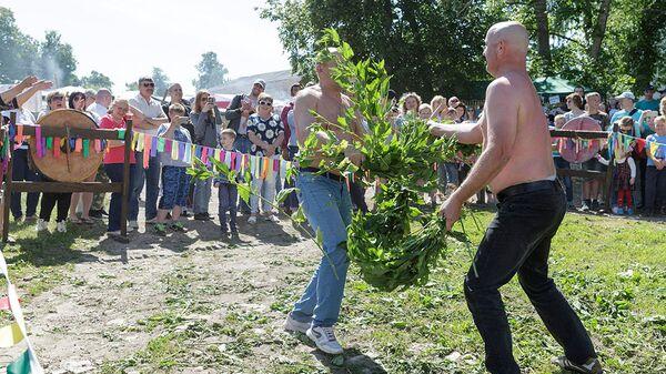 Участники международного фестиваля крапивы в селе Крапивна Тульской области