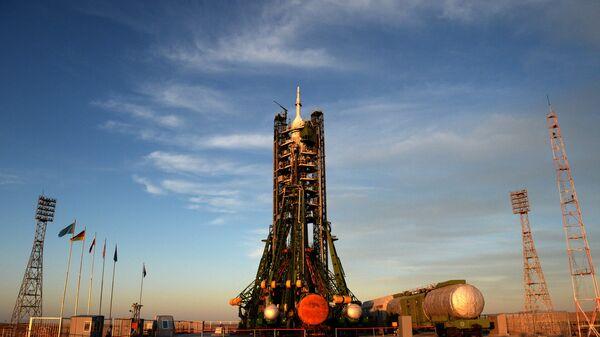 Ракета-носитель Союз-ФГ с пилотируемым кораблем Союз МС-09 на стартовой площадке космодрома Байконур
