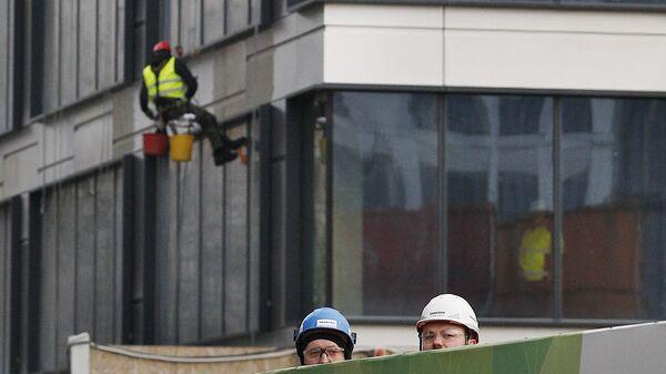 Рабочие на строительстве здания в Варшаве, Польша