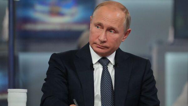 Президент РФ Владимир Путин отвечает на вопросы россиян во время ежегодной специальной программы Прямая линия с Владимиром Путиным. Архивное фото