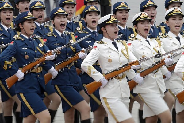 Женский почетный караул во время церемонии приветствия президента Киргизии Сооронбая Жээнбекова в Пекине
