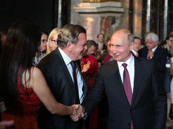 Президент РФ Владимир Путин и председатель совета директоров Nord Stream 2 AG Герхард Шредер на церемонии открытия выставки Полотна старых мастеров из Эрмитажа в Венском музее истории искусств