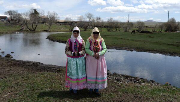 Потомки духоборцев Мария Сухорукова и Анна Смородина в селе Гореловка в Грузии