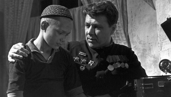 Эдик Соболев в роли Ивана и Игорь Охлупин в роли Меркурия в кадре из художественного фильма Ночь коротка