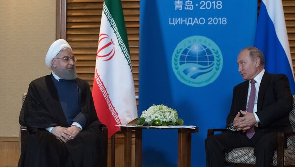 Президент РФ Владимир Путин и президент Ирана Хасан Роухани во время встречи на полях саммита Шанхайской организации сотрудничества (ШОС) в китайском Циндао. 9 июня 2018