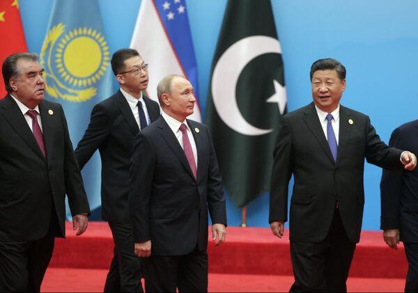 Президент РФ Владимир Путин, председатель КНР Си Цзиньпин и президент Таджикистана Эмомали Рахмон на церемонии фотографирования глав государств - членов ШОС. 10 июня 2018