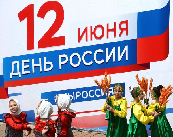 Дети танцуют во время празднования Дня России на набережной Спортивной гавани во Владивостоке. 12 июня 2018