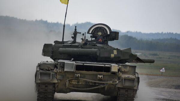 Украинские военные из 14-й волынской механизированной бригады ВСУ на танке Т-84 во время соревнований Strong Europe Tank Challenge в городе Графенвер, Германия. 6 июня 2018