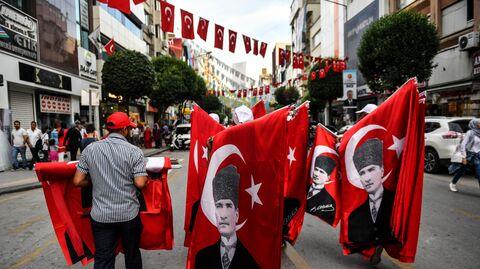 На улице города Ялова после предвыборного митинга кандидата в президенты от оппозиционной Народно-республиканской партии Турции. 15 июня 2018