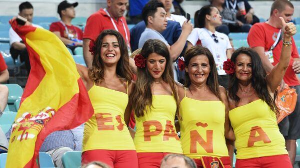 Болельщицы сборной Испании перед началом матча группового этапа чемпионата мира по футболу между сборными Португалии и Испании