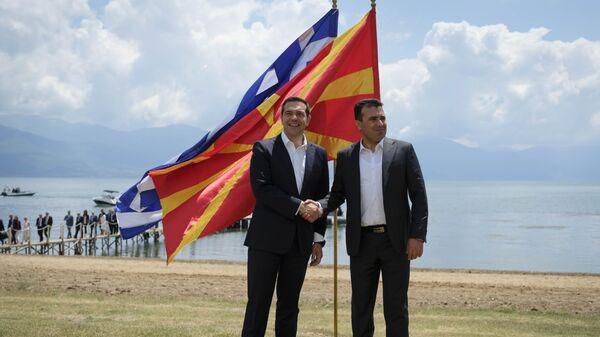 Премьер-министры Греции и Македонии Алексис Ципрас и Зоран Заев на церемонии подписания соглашения о новом конституционном названии Македонии. 17 июня 2018