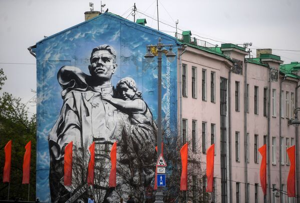 Граффити Воин-освободитель на одном из домов Кремлевской набережной в Москве