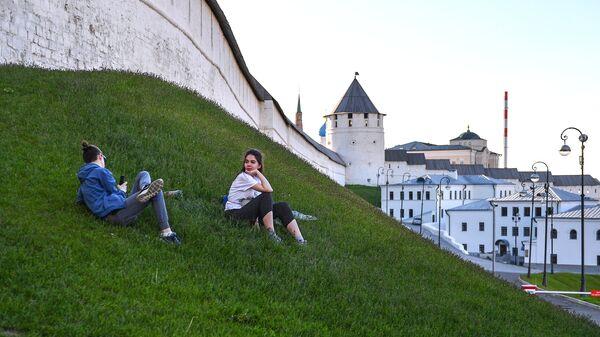 Отдыхающие у стен Казанского кремля