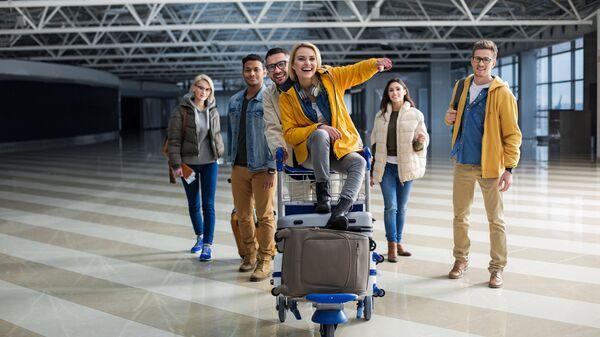Путешественники в аэропорту перед посадкой на самолет. Архивное фото