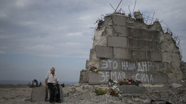 Мужчина у мемориала на кургане Саур-Могила в Донецкой области. Архивное фото