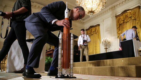 Модель ракеты NASA во время заседания Национального космического совета в Вашингтоне. 18 июня 2018
