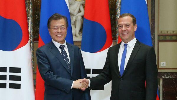 Председатель правительства РФ Дмитрий Медведев и президент Южной Кореи Мун Чжэ Ин во время встречи. 21 июня 2018
