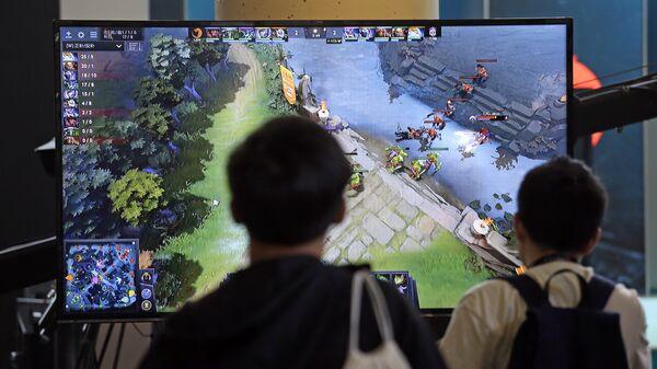 Подростки следят за игрой команд в Dota 2 на чемпионате в Сиэтле