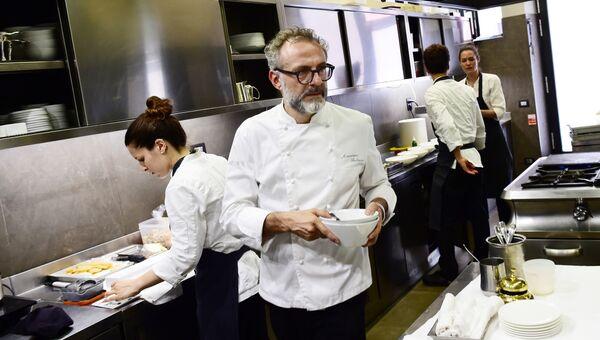 Итальянский шеф-повар Массимо Боттура на кухне своего ресторана Osteria Francescana