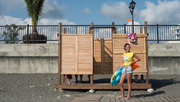 Отдыхающая на пляже около Олимпийского парка в Сочи. Архивное фото