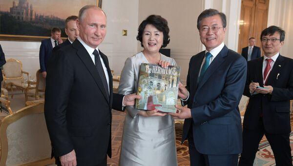 Президент РФ Владимир Путин и президент Республики Корея Мун Чжэ Ин с супругой Ким Чжон-сук во время экскурсии по Кремлю. 22 июня 2018