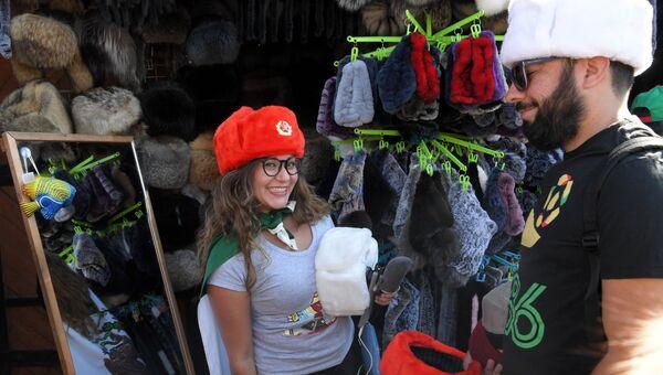 Туристы покупают сувениры в Москве