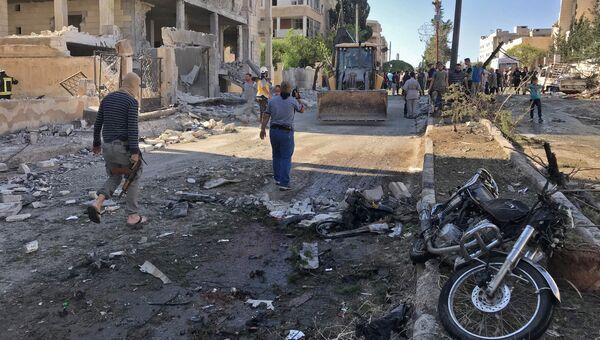 Местные жители и активисты из организации Белые каски в Идлибе, Сирия. Архивное фото