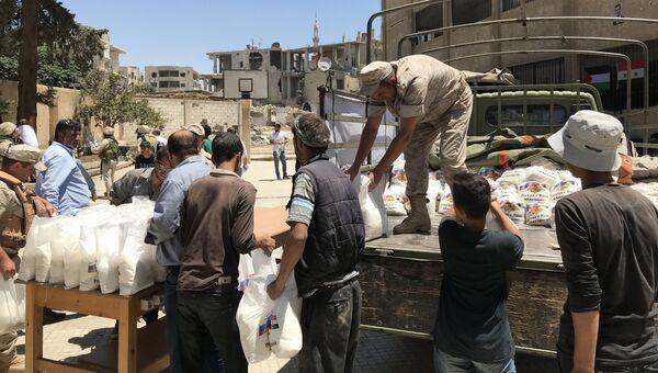 Раздача гуманитарной помощи российскими военными в Мисрабе, Сирия. Архивное фото