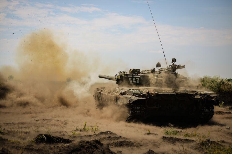 Основной боевой танк Т-72Б1 на полигоне Погоново в Воронежской области