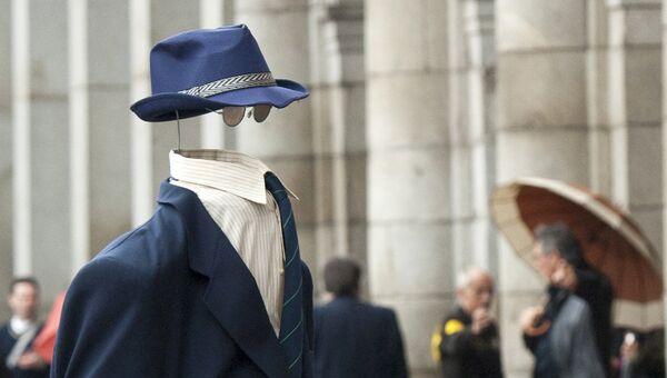 Уличный актер Человек-невидимка. Архивное фото
