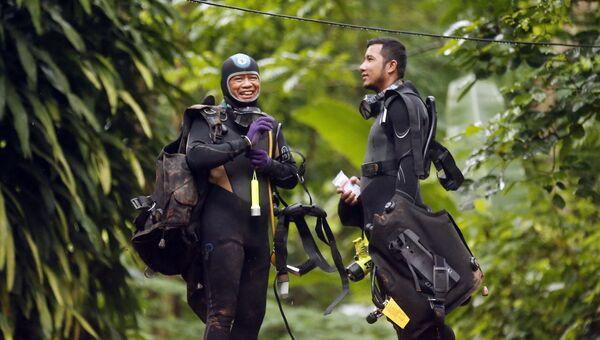 Тайские дайверы во время операции по спасению детей из затопленной пещеры . 3 июля 2018