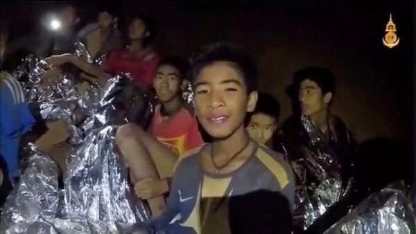 Мальчики из футбольной команды, которые оказались в пещере Тхам Луанг в провинции Чиангмай, Таиланд. 3 июля 2018 года