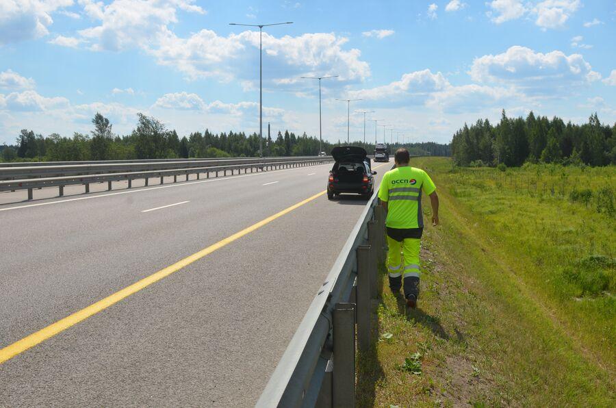 Сотрудник Службы аварийных комиссаров на трассе М-11