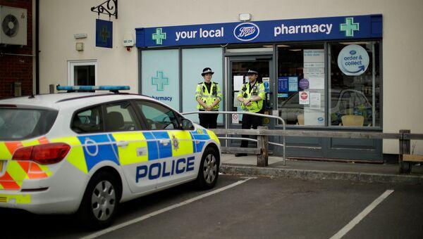 Британские полицейские охраняют кордон у отделения аптеки в Эймсбери после госпитализации двух человек из-за отравления. 4 июля 2018