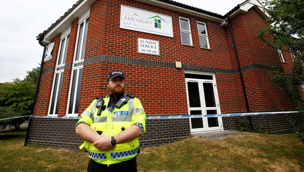 Полицейский у здания Баптистской церкви в британском Эймсбери после госпитализации двух человек из-за отравления. 4 июля 2018