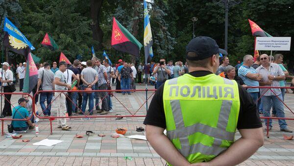 Полицейский на площади у здания Рады в Киеве. Архивное фото