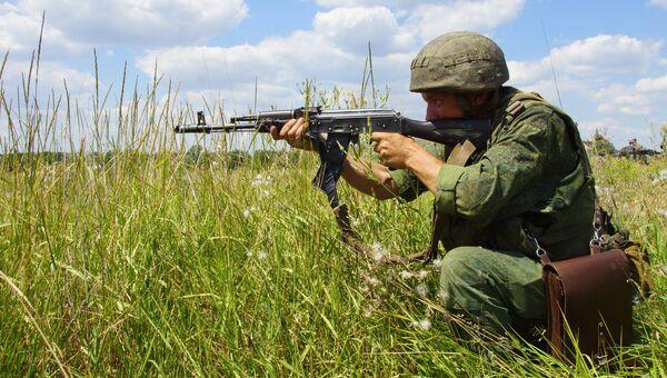 Сотрудник Народной милиции ЛНР совместно с мотострелковыми отделениями на учениях по боевой подготовке