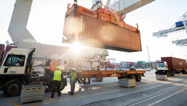 Грузовой контейнер в порту Саванна в США, архивное фото
