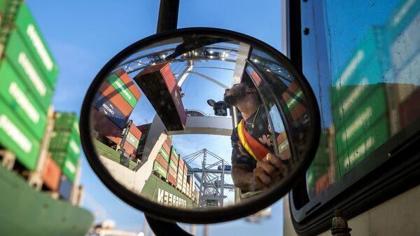 Разгрузка судна-контейнеровоза