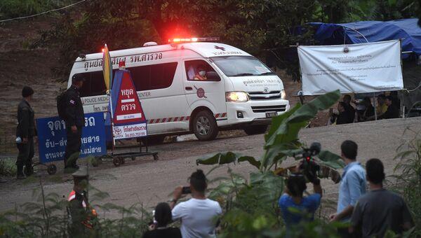 Скорая помощь покидает район пещеры Тхам Луанг в Таиланде после того, как водолазы эвакуировали несколько детей. 8 июля 2018