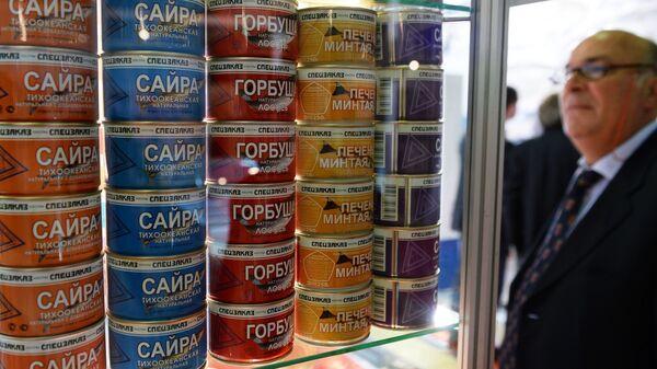 Стенд российского производителя рыбных консервов. Архивное фото